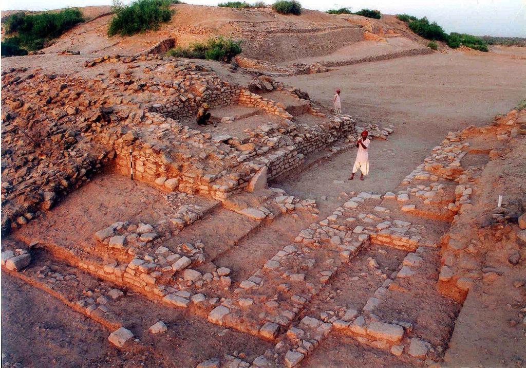 कच्छ का रण, गुजरात में स्थित हड़प्पा काल के स्थल के रूप में विख्यात धोलावीरा को यूनेस्को ने विश्व धरोहर स्थल के रूप में मान्यता दी