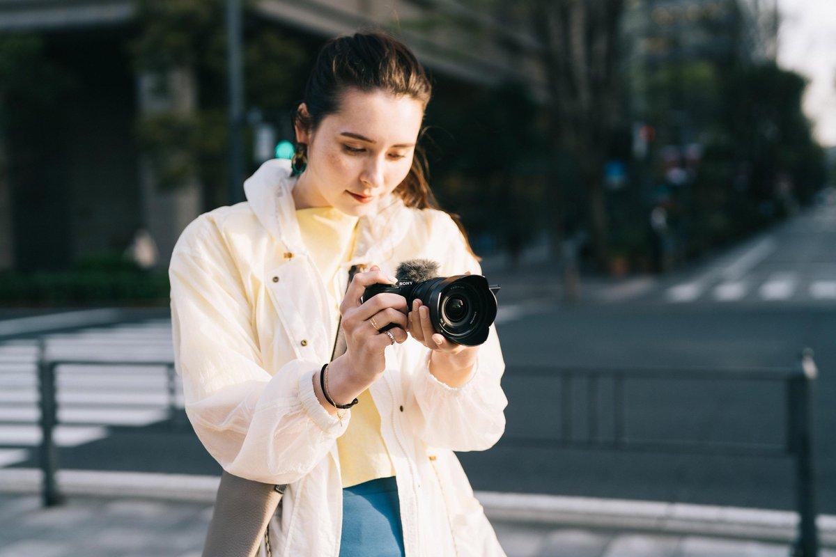 Die erste #SonyAlpha Vlog-Kamera mit Wechselobjektiv ist da, die ZV-E10. Die neue #Kamera kombiniert exzellente Bildqualität mit einer benutzerfreundlichen Bedienung – speziell optimiert für alle #Video Creator.  Mehr entdecken unter: https://t.co/vtm8JrKAK2 https://t.co/Dgc2F8ZGy1