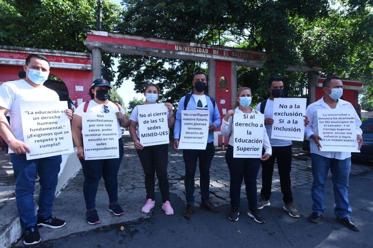 Estudiantes en modalidad a distancia protestan por cierre de 12 sedes