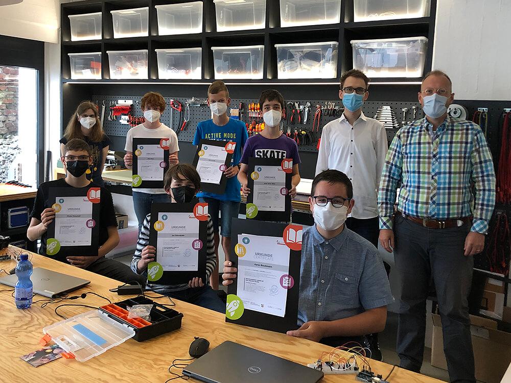 """Unsere ersten #Absolventen erhalten ihre #Urkunden nach Kurs im <a class=\""""link-mention\"""" href=\""""http://twitter.com/flux_nrw\"""" target=\""""_blank\"""">@flux_nrw</a> #Schülerforschungslabor 🥳Reihenweise strahlende Gesichter hinter den Masken 😃😷 #LichtforumNRW #Ferienkurs #MINT #Arduino #Programmieren <a href=\""""https://t.co/kKT9jnkjq1\"""" class=\""""link-tweet\"""" target=\""""_blank\"""">https://t.co/kKT9jnkjq1</a>"""