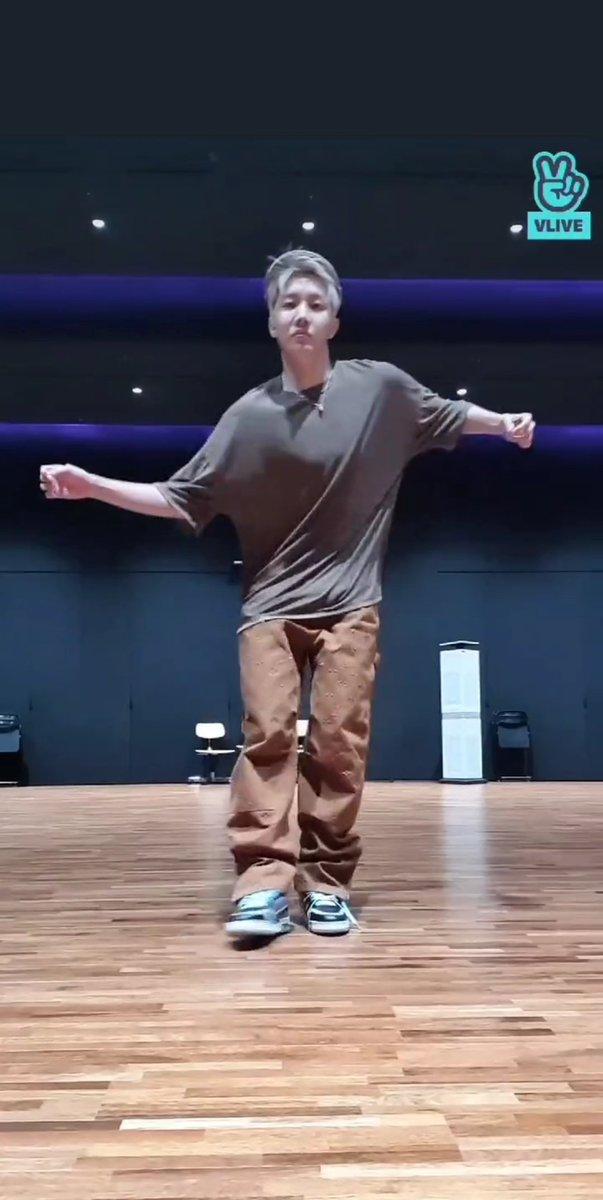 RT @onlyangel_tae: Hobi's live                        Jungkook's dance practice       🤝    live concert https://t.co/x9goOTBWFa
