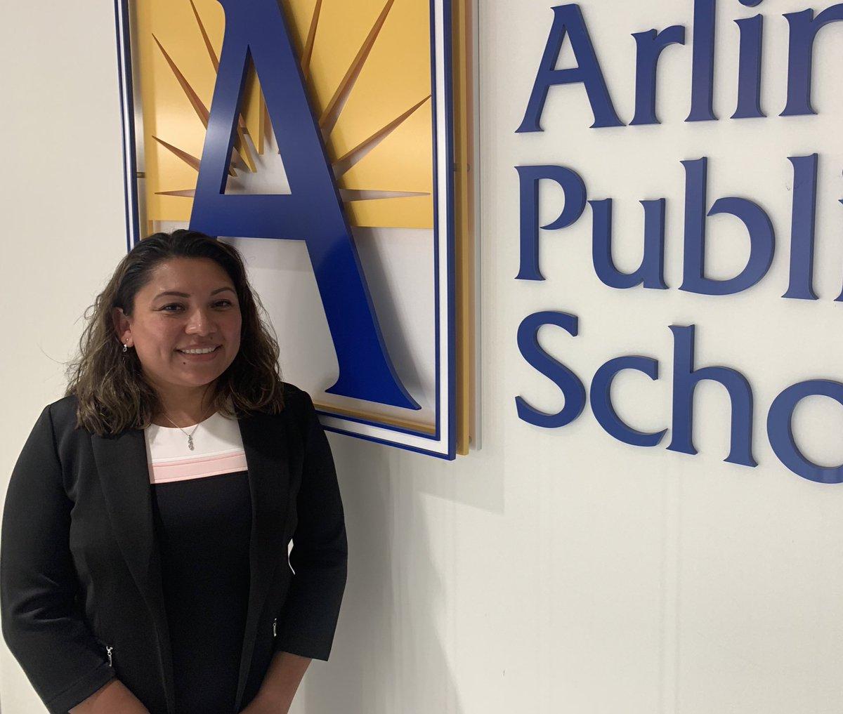 تهانينا للكاتب المعين حديثًا فيAPSVaSchoolBd '> @APSVaSchoolBd - السيدة كلوديا ميركادو! شكرا لك على كل ما فعلته! ❤️👏 https://t.co/X9Xmx6ZNYK