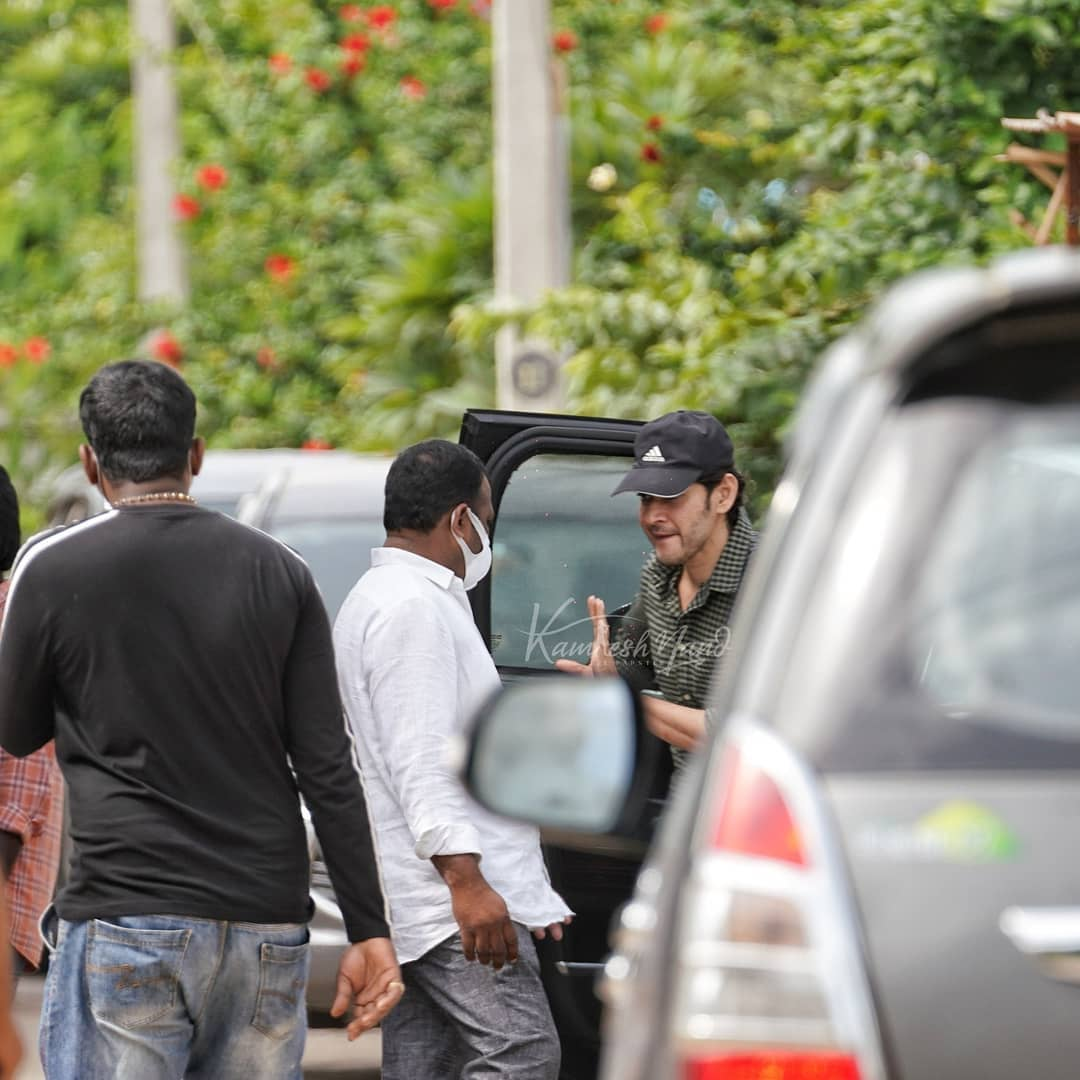 Superstar @urstrulyMahesh papped arriving on sets of #SarkaruVaariPaata in Hyderabad 💥  #SarkaruVaariPaata #SVPFirstNoticeTomorrow #SVPFirstNotice #maheshbabu #ssmb #dhfm #dhfms #maheshbabufans #superstar #ssmb #princemahesh #SuperstarMahesh #picoftheday #photooftheday