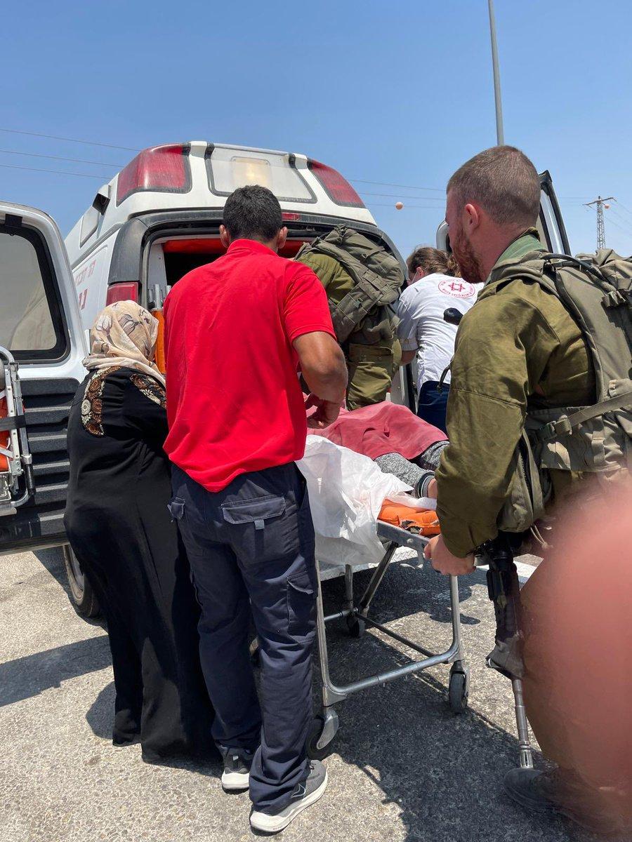 وصلت سيارة فلسطينية تقل إمرأة على وشك الولادة ، طالبة من جنود جيش الدفاع المسعفين مساعدة