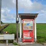こんなところにもある!最果ての島の畑のど真ん中に自販機が設置されている!