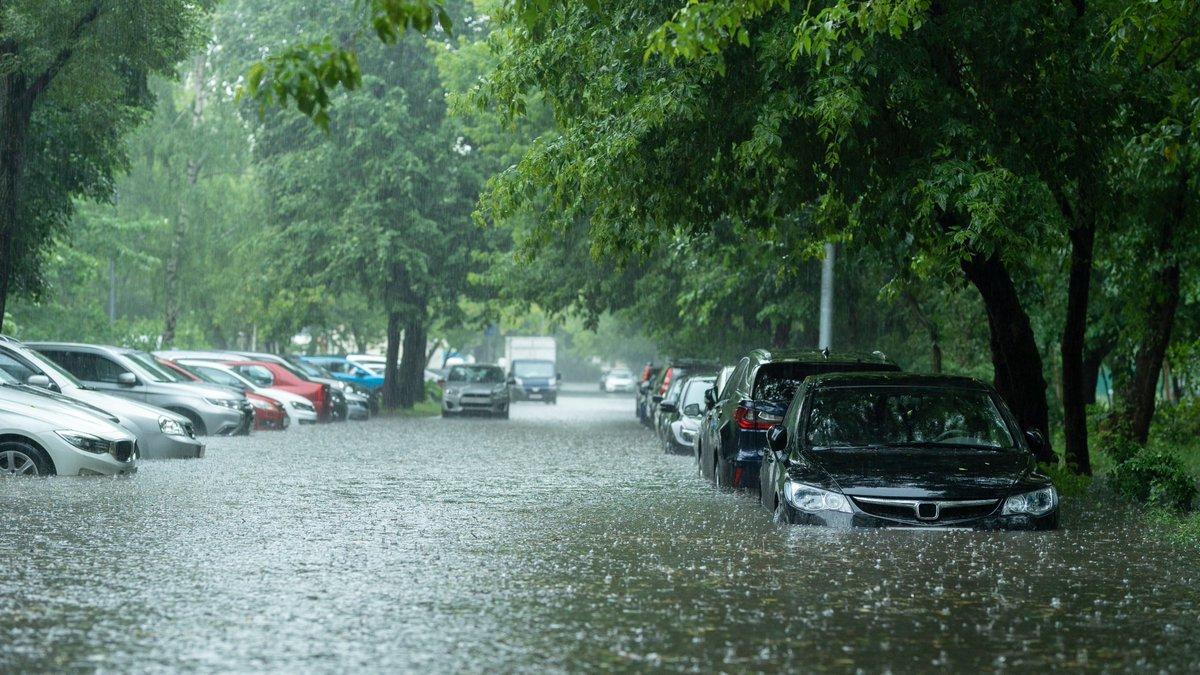 Die Flutkatastrophe hat Schäden in enormer Höhe zurückgelassen – darunter auch zahllose zerstörte Fahrzeuge. Für solch einen #Wasserschaden am Auto zahlt die #Teilkasko- oder #Vollkaskoversicherung. 🚗 Alles Wichtige dazu in unserem Ratgeber 👉 https://t.co/fQRN3CzPFD https://t.co/3jSF0vwWxK