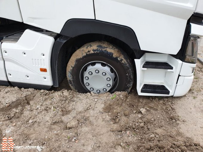 Vrachtwagen strandt in nieuwbouwwijk Poeldijk https://t.co/7Pztcjfk83 https://t.co/rc8XZxIyuc