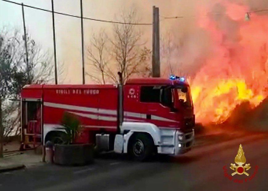 Seguo l'evolversi dell'emergenza incendi a #Catania e sono vicina alle persone che si sono trovate in pericolo. Grazie ai soccorritori per il loro lavoro e coraggio. Non faremo mancare il nostro aiuto e supporto.