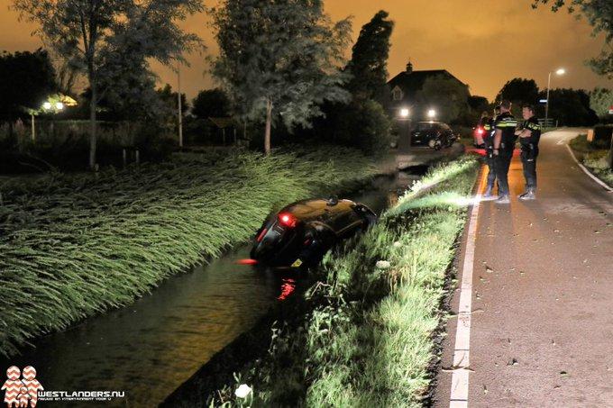 Auto te water aan de Burgerdijkseweg https://t.co/m59yEwcahg https://t.co/ynWAPcyDfN
