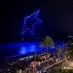 Image for the Tweet beginning: El #lloretdronefestival il·lumina la platja