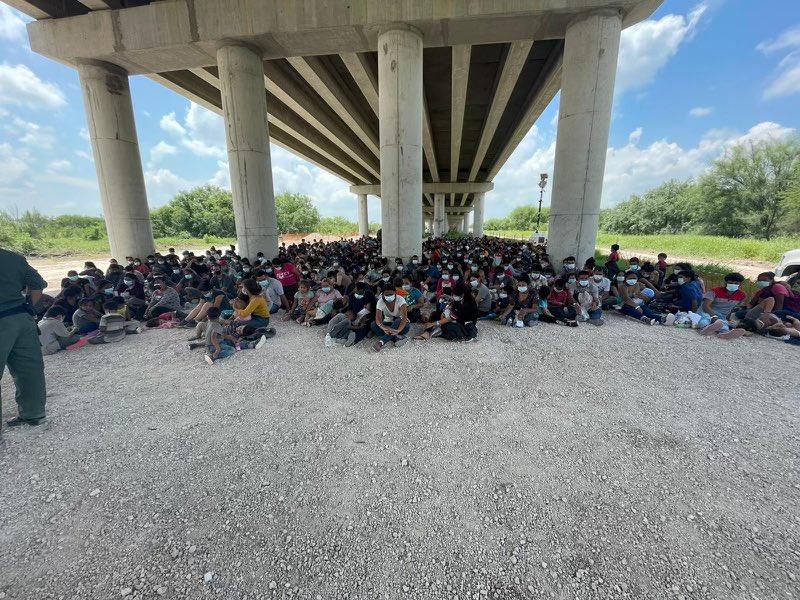 无人机画面显示数百名移民被边境巡逻队扣押在德克萨斯大桥下--拜登将为他们提供免费酒店、飞机票和律师