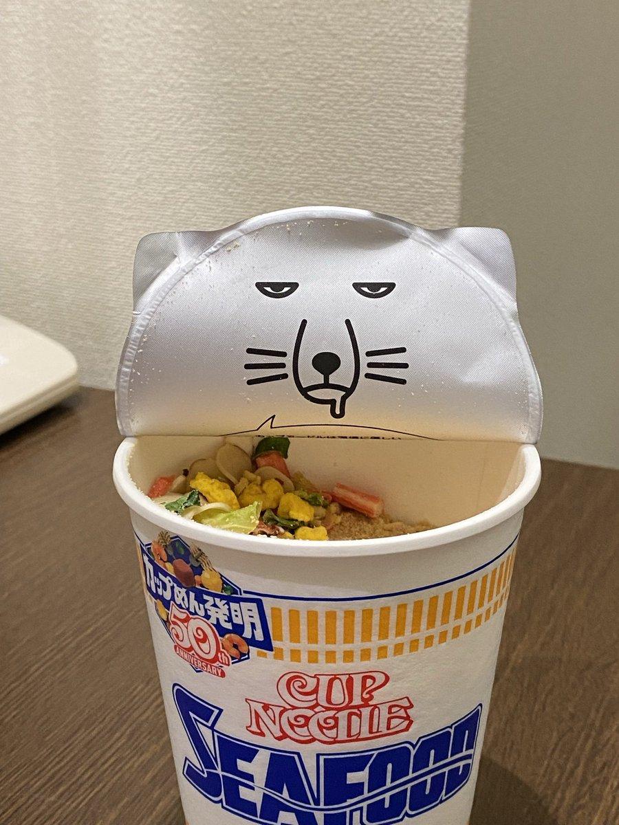 可愛い猫ちゃんを期待していたのに…!カップヌードルの蓋の裏に現れる猫の表情に注目!