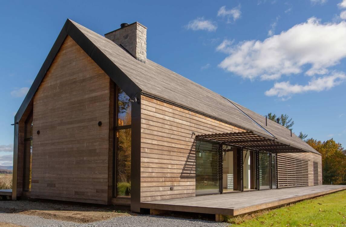 Haus mit einer kompletten #Holzfassade und #Holzdach.  Die spezielle Kebony Technologie macht aus FSC-zertifiziertem Weichholz widerstandsfähiges Hochleistungsholz, das kaum gewartet werden muss.  #holz #holzhaus #architektur https://t.co/OMoXhcCTHR
