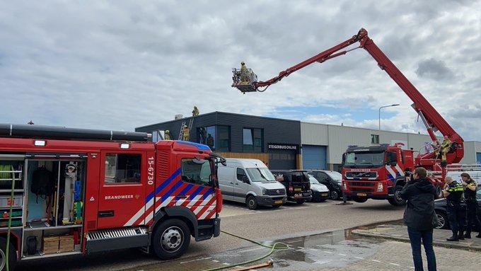 Dakbrand bij bedrijf aan de Vlotlaan in Monster is geblust. Niemand gewond geraakt https://t.co/oPLBiT69yg