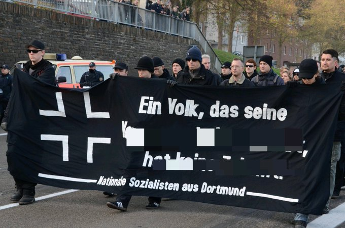"""schwarzes Fronttansaprent mit Kreuz, """"Ein Volk, das seine [nachträglich verpixelter Text] Nationale Sozialisten aus Dortmund"""""""