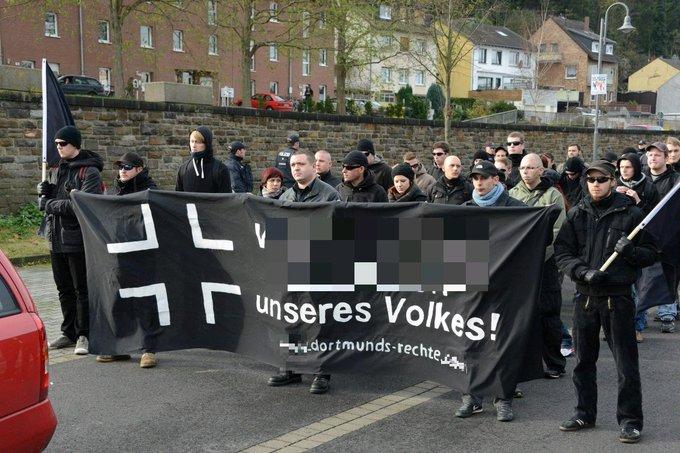 """schwarzes Fronttansaprent mit Kreuz, """"[nachträglich verpixelter Text] unseres Volkes! dortmunds-rechte"""