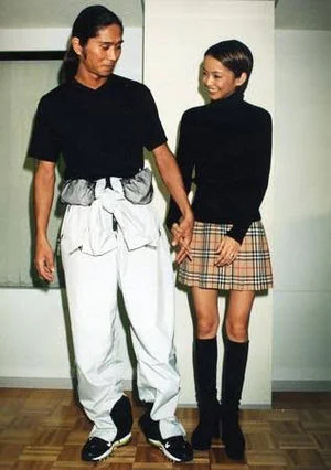 言われてみたら・・・。華原朋美さんと安室奈美恵さんの「結婚発表時の服装が同じ?」に見える。