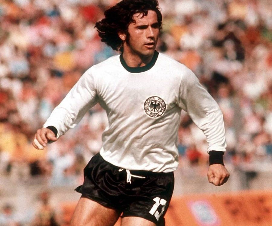 """B/R Football on Twitter: """"Bayern Munich icon and West Germany World Cup  winner Gerd Muller has died aged 75. 566 goals in 607 games for Bayern. 68  goals in 62 games for"""