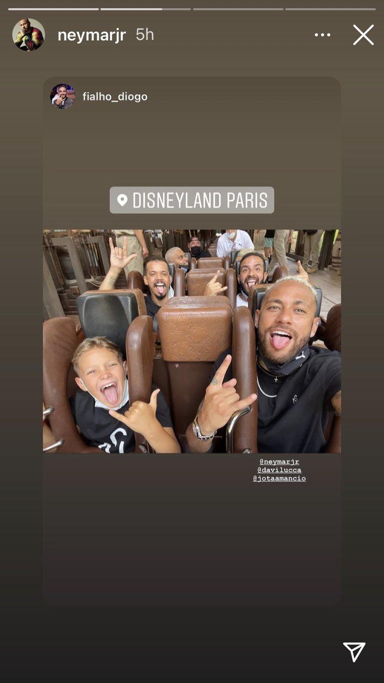 Neymar se divierte en Disney París