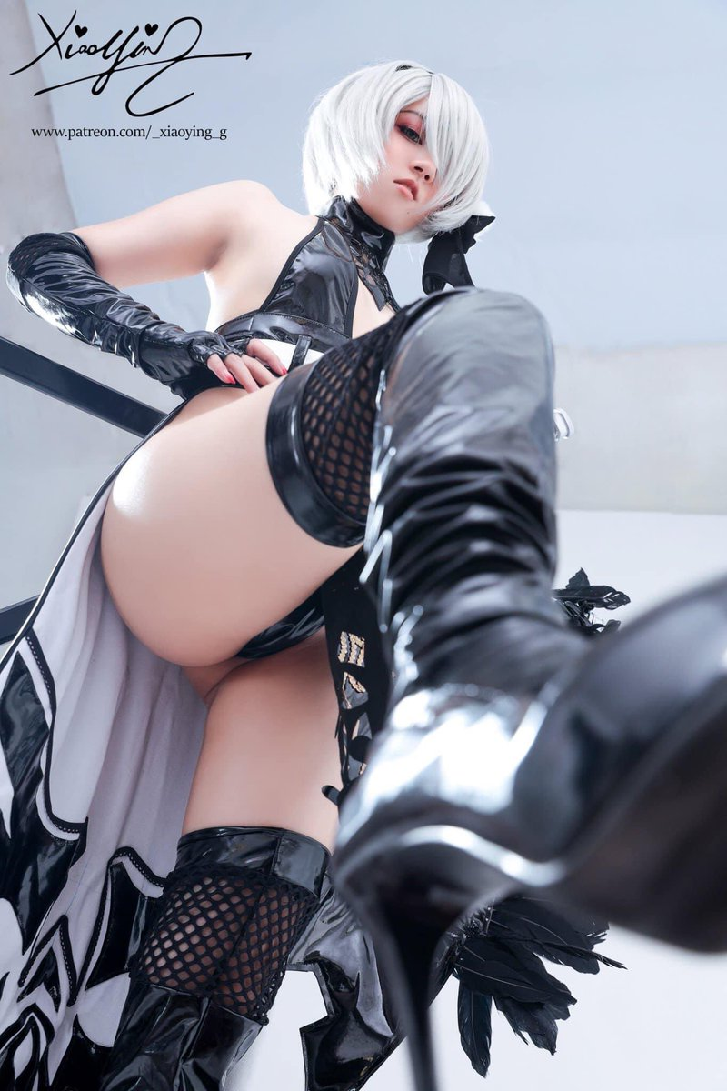 """'Wanna see me step on you ~?"""" 2B is now available in my Gumroad , link in my bio Art : @dishwasher1910 🔁200 RT and 💕 if you guys want to see me cosplay more 2B"""