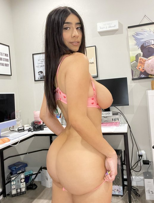 1 pic. body shaped like a thicc anime girl https://t.co/eFd1z9Fsjk