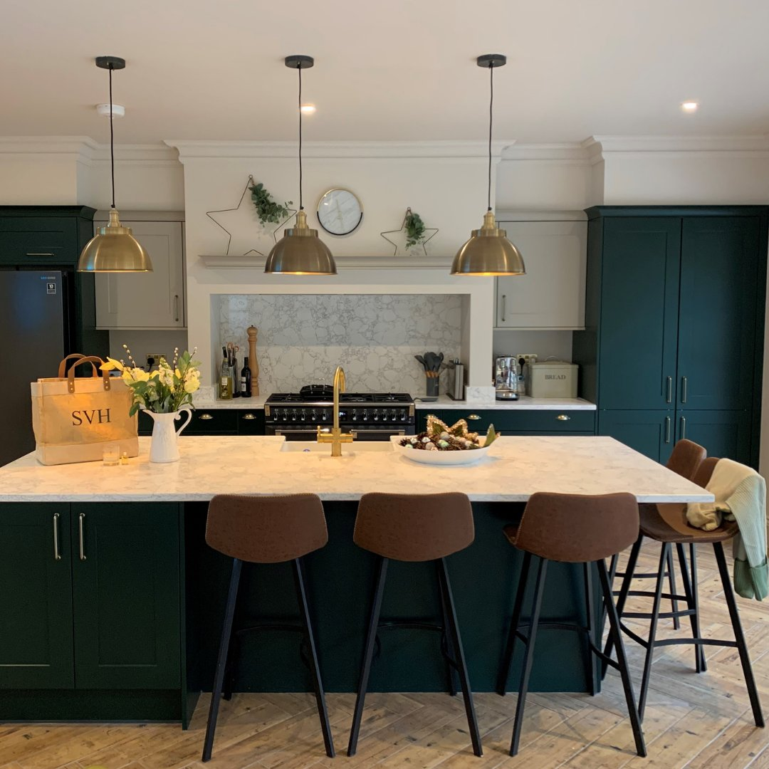 Now, this is how you design a contemporary shaker kitchen. . 🏡 Marlborough in Hunter Green and Farringdon Grey