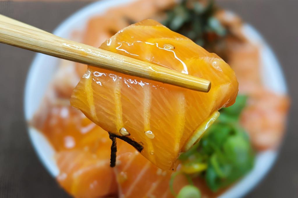 食べ応えもばっちり?!簡単に作れてとっても美味しそうな、サーモンを使った丼ものレシピ!
