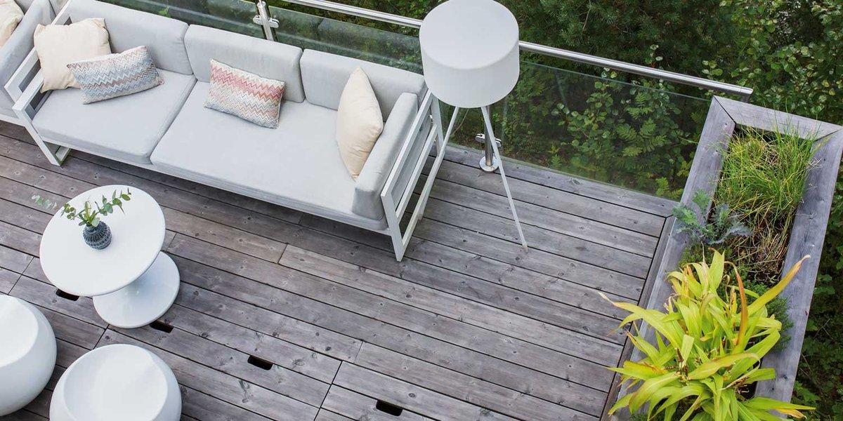 #Terrassendielen aus #Kebony sind langlebig und pflegearm. Bei direkter Bewitterung entwickeln sie eine silbergraue Patina.  Premium-Eigenschaften erhalten die Dielen durch die patentiere Modifizierung. Das Resultat ist #Holz höchster Güte - hart, formstabil und pflegeleicht. https://t.co/pqecqg0Pvy