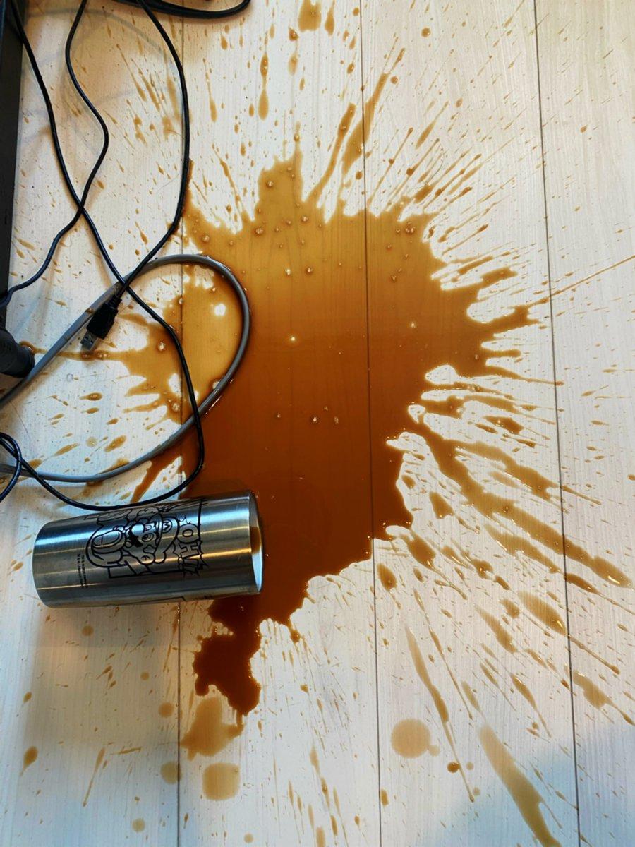 コーヒーは飲んで目を覚ますよりも…溢した方が目が覚める!