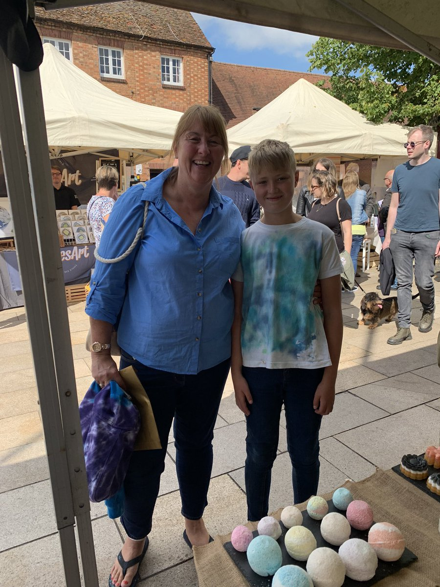 This lady has bought tie dye from us for the last 3 years. Here she is with her son who is modelling a T-shirt bought from us last year. Looking good. @MarketsUponAvon @HackneyLabour @marketsmatter @MarketsHackney @HelloSanctuary @LDN_VRU @dpymayorhackney @mayorofhackney