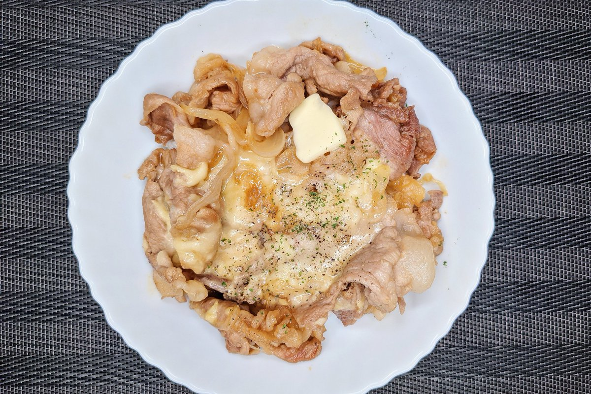 がっつり食べたい気分のときにも良さそう!豚肉やチーズを使った、とっても美味しそうな丼ものレシピ!