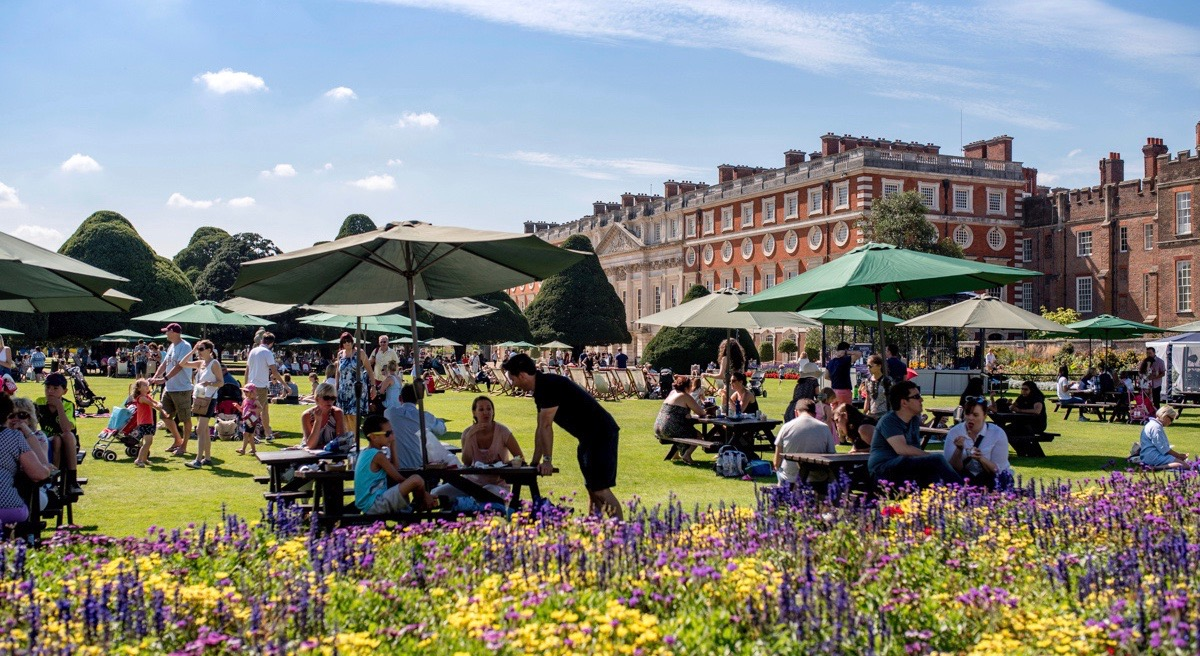 Getting peckish? Just over a week to go until the Food Festival arrives at #HamptonCourtPalace! Join us next weekend for a summer celebration of food and drink in the iconic East Front Gardens ☀️ Find out more and book tickets here 👉 bit.ly/hcp-foodfestiv…