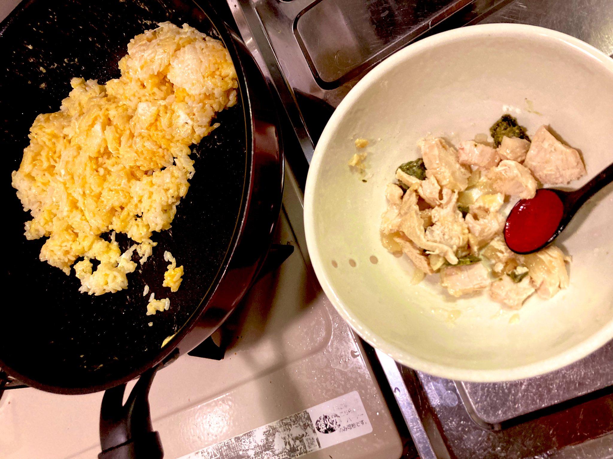細かくしたコールドチキンとジェノベーゼを卵炒飯に混ぜるだけ