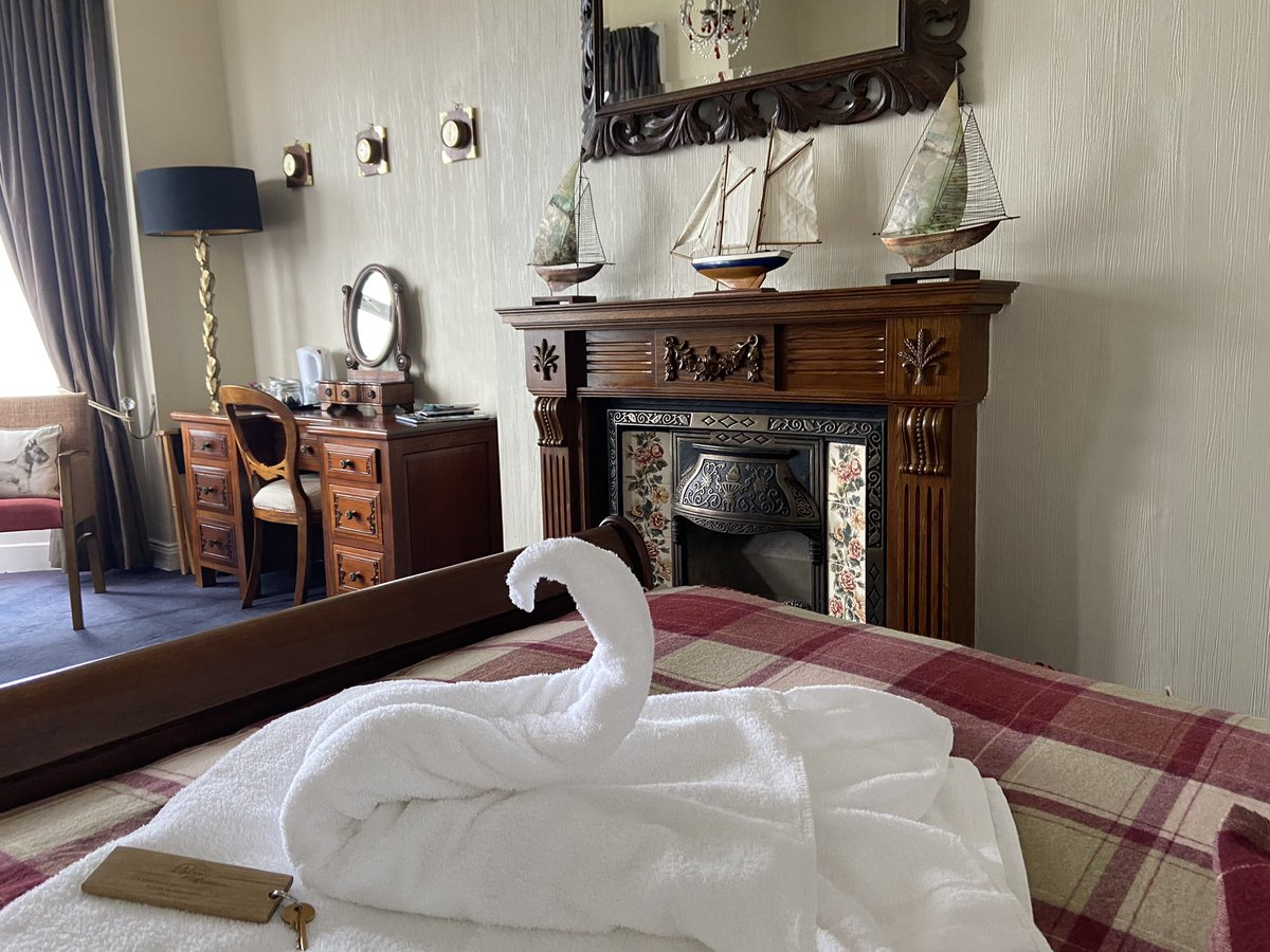 As a massive fan of #FourInABed & as someone who hasn't been in a hotel for a while this towel swan is giving me joy. Thank you @TheSaltyDog1 & @openhousefest Can't wait to chat to @MarianKeyes in the walled garden, Bangor Castle tomorrow #OpenHouseFestival #BangorIsAnEnergy