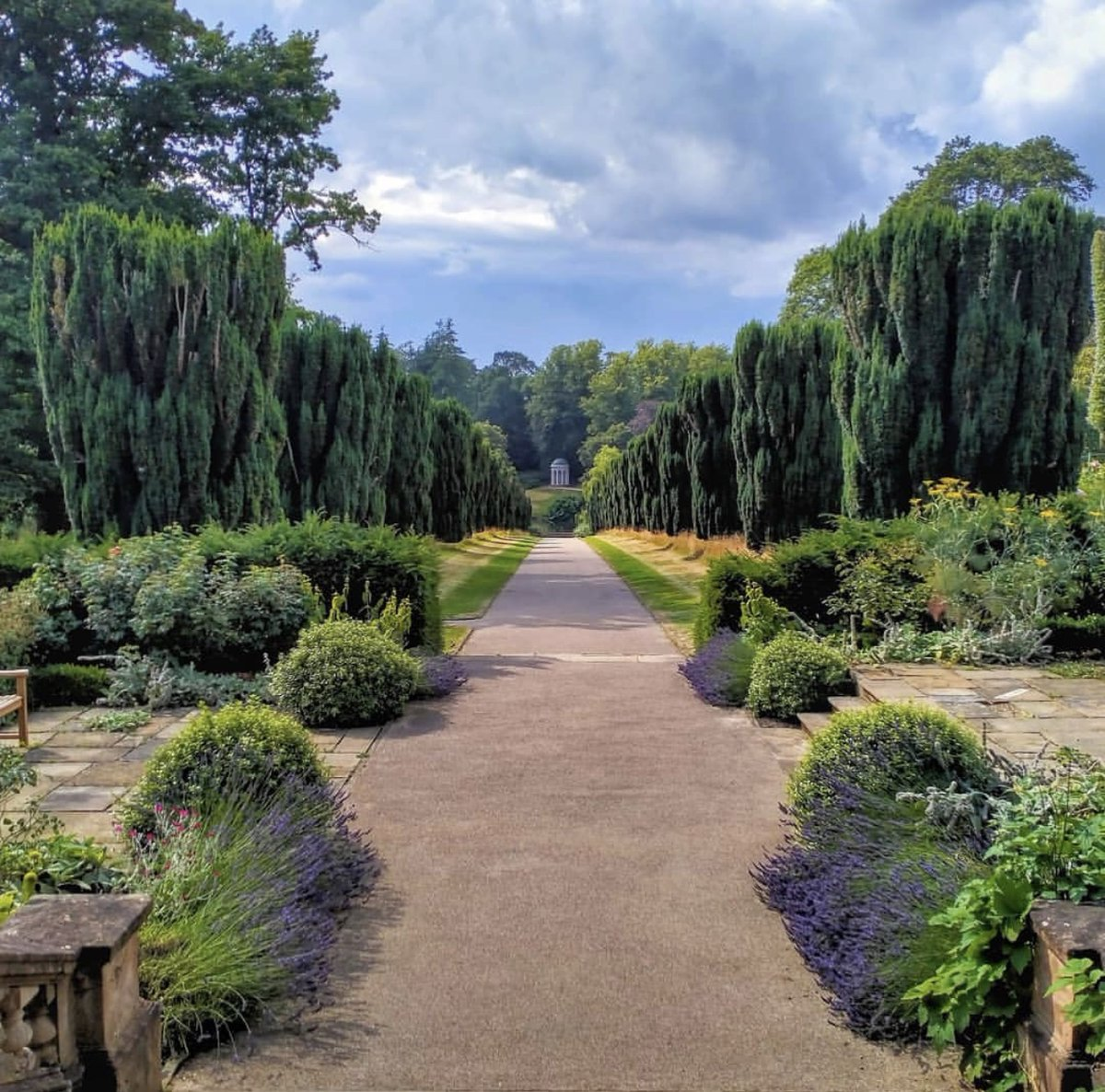 Sunday stroll anyone? @HillsCastle's beautiful gardens are the perfect place for a leisurely weekend wander 🥾 📸 Thanks to thelittlewashinglinehouse on Instagram for sharing this picture-perfect #PalacePhoto of the view down Yew Tree Walk to Lady Alice's Temple.