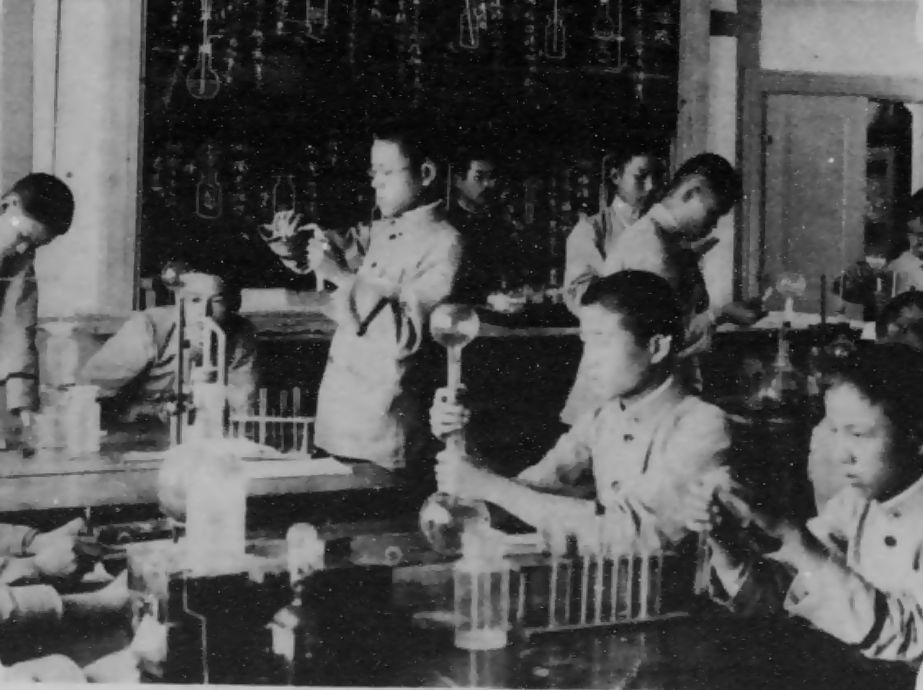 【高等普通学校】日本統治下の朝鮮で6年制普通学校を卒業した朝鮮人子弟が進学した5年制の中等教育学校。...