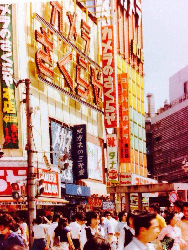 治安が狂っている?新宿の路上で相撲している!