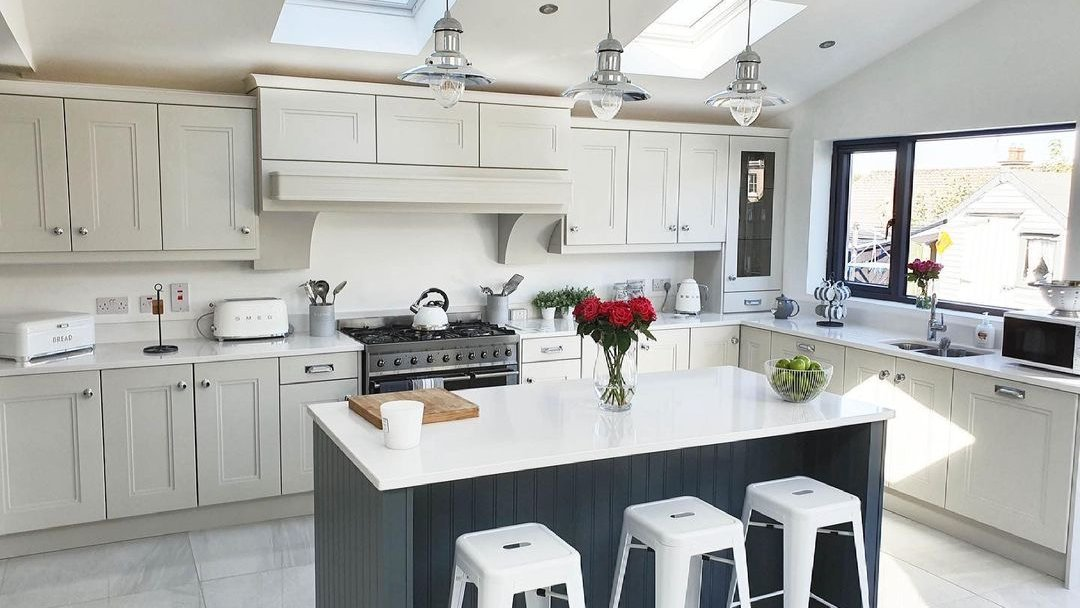 Reasons why we love this kitchen by Kitchen World Ireland: 1⃣ Natural light coming from everywhere. 2⃣ The island that is perfect for gatherings. 3⃣ The elegance of Silestone White Storm countertops + 💡: bit.ly/38AtLlp #Retail