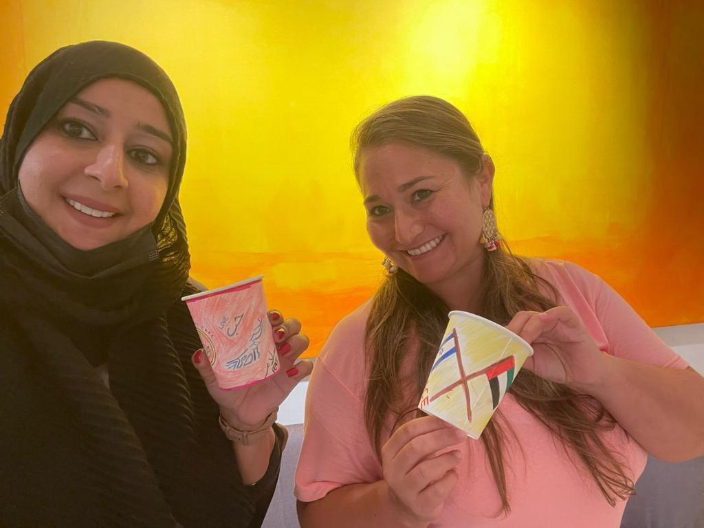 بينما كانت امتياز الاماراتية واڤيتال الاسرائيلية تنتظران كأس القهوة ،قاموا باعداد عمل فني يوحي فكرة…