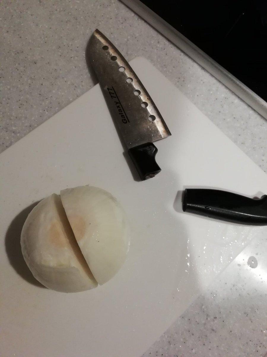 白菜を切っていたら包丁が滑り落ちた!一気に火曜サスペンス劇場に…w