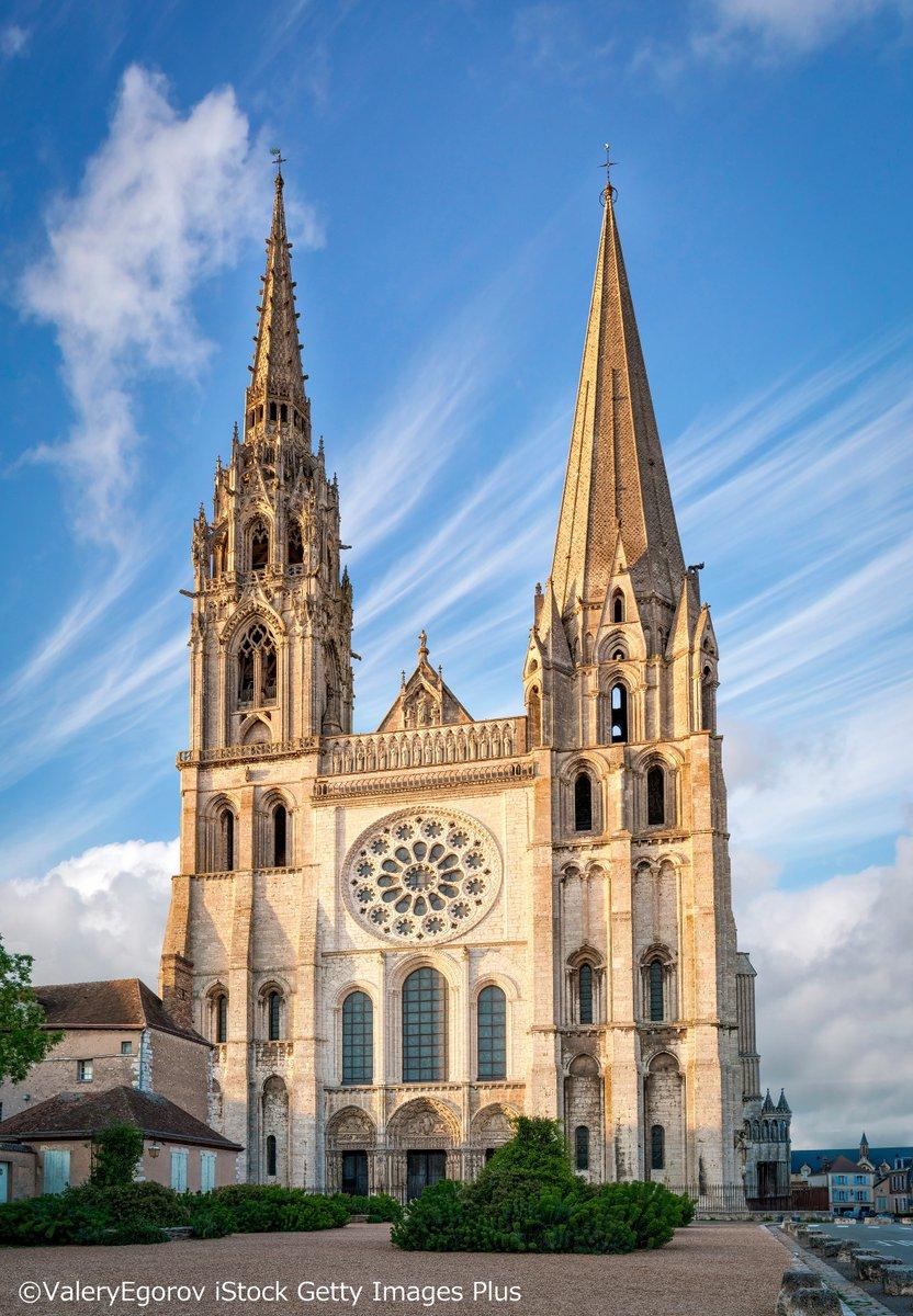 🇫🇷夏の夕暮れから1時まで開催される #シャルトル大聖堂 (#世界遺産)の #プロジェクトマッピング。  フィナーレは #シャルトル の #ステンドグラス で一番有名な「美しき絵ガラスの聖母」(右下)。  #trip  #travel #大聖堂 #海外旅行 #ExploreFrance #旅行好きな人と繋がりたい