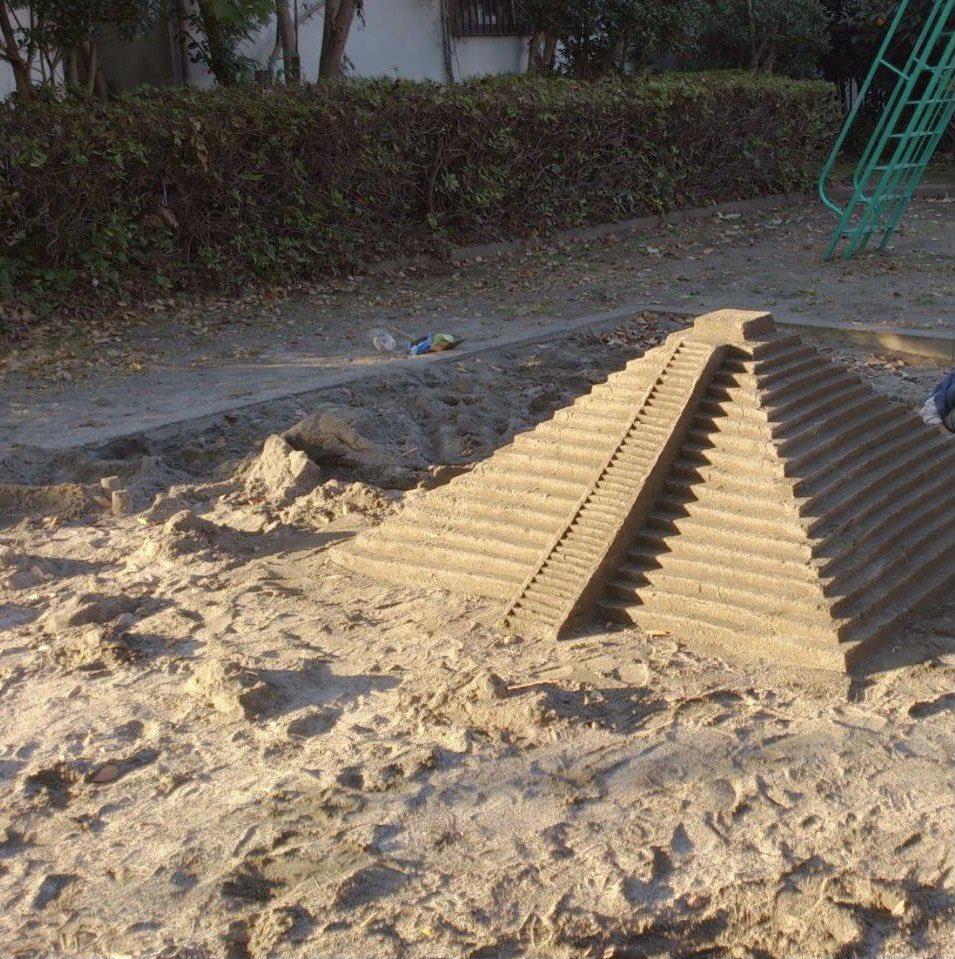 子供の遊び場で本気出したのは誰?w砂場でマヤ文明のピラミッドを作る強者がいた!