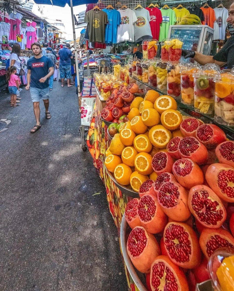 يروي التجول بين أزقة سوق الكرمل في تل أبيب أسرار التأريخ وطبيعة الحاضر، وروائح