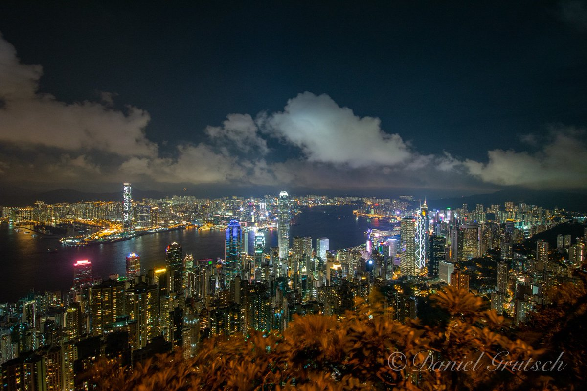 I need to go to this place again. Although the city is crowded and walking sometimes difficult, it's an absolute beauty in the night. #victoriapeak #HongKongpic.twitter.com/4CxIjyUc2l