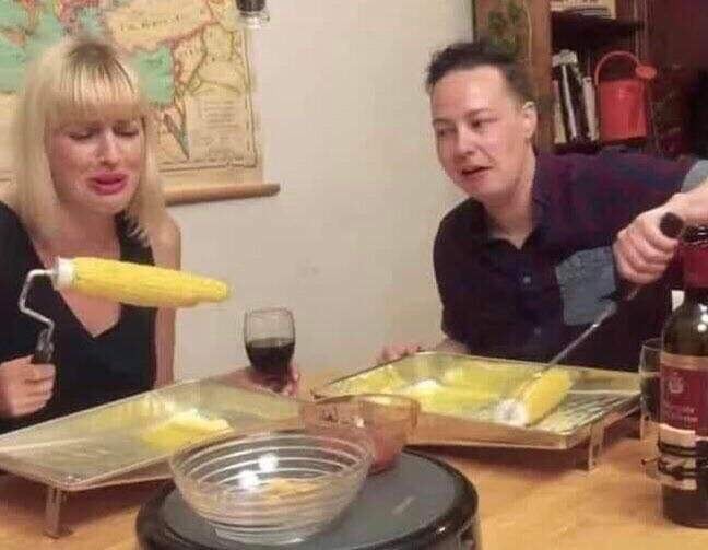 Who told @elonmusk to eat his corn like this? https://t.co/bp9JzkkJLX