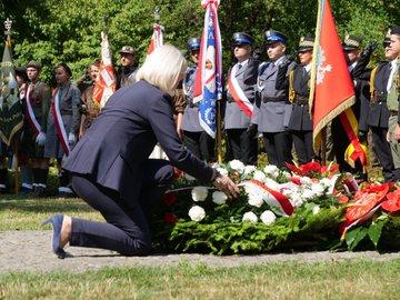 Minister Bożena Borys-Szopa przy pomniku Mokotów Walczący – 1944 w ramach obchodów 75.rocznicy Powstania Warszawskiego
