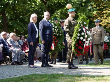 Minister Bożena Borys-Szopa wraz z wiceministrem Kazimierzem Kuberskim w imieniu premiera Mateusza Morawieckiego złożyli wieniec przy pomniku Mokotów Walczący