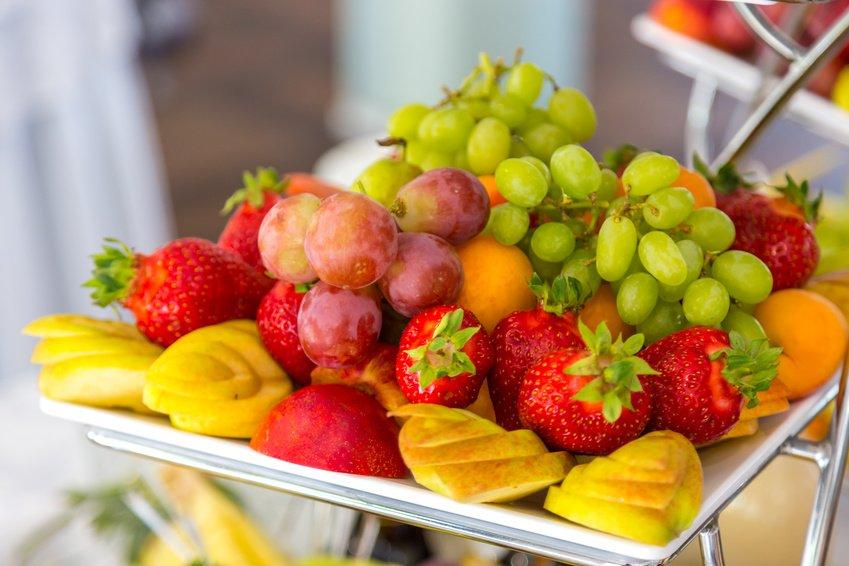 Las frutas, las cremas frías, las ensaladas, los platos ligeros, los helados y las bebidas refrescantes deben ser la base de cualquier menú en verano. #CáteringMadrid #Madrid #Cátering Teléfono: 640 88 27 61 cateringmillana.com