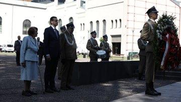 Premier wraz z kombatantami składa wieniec.