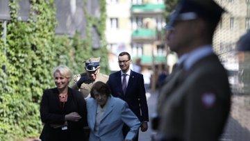 Premier przechodzi wzdłuż Muru Pamięci.